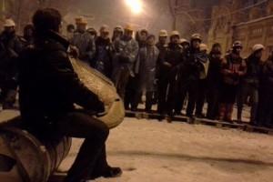 Митингующие пытаются склонить милицию на свою сторону