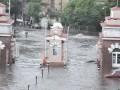 Дождь в Одессе затопил улицы, поток воды срывает люки
