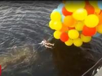 Не взлетим, так поплаваем: в Киеве парень на воздушных шарах пытался перелететь Днепр