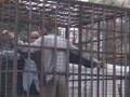 В Сирии клетки с пленными используют как живой щит