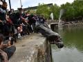 В Британии протестующие свергли памятник