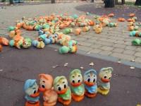 В Виннице неизвестные забросали парк резиновыми утками