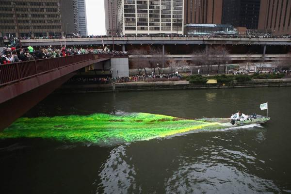 Реку Чикаго перекрасили в зеленый цвет