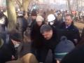 Евромайдан: Появилось видео, как Порошенко помогает выносить раненых