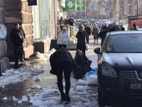 В Киеве на прохожую рухнула глыба льда