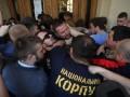 Дверь в ратушу выломали: Протестующие львовяне ворвались в горсовет