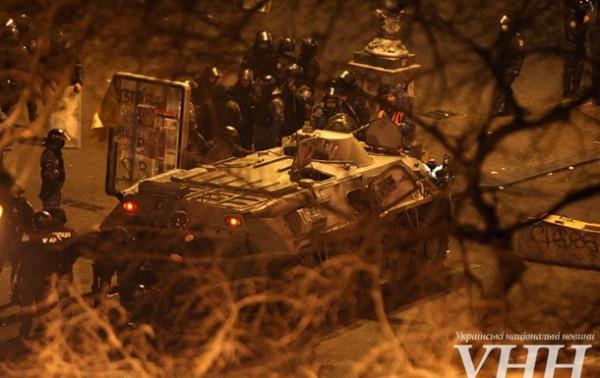 На Европейской площади протестующие подожгли БТР