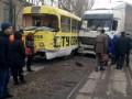 В Одессе фура врезалась в трамвай