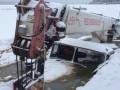В России трактор ушел под лед, вытаскивая из реки автокран, который спасал бензовоз