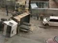 В центре Киева перевернувшийся самосвал заблокировал две улицы