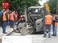 В центре Киева под землю  провалился транспорт: появилось фото