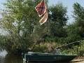 В Кременчуге заметили лодку с флагами РФ и СССР