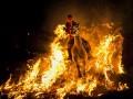День в фото: огненные ритуалы и звериная мода