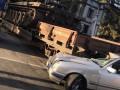 В Киеве Mercedes столкнулся с поездом, перевозившим танк