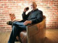 Пенсионер побрил голову и обул кеды ради новой работы (ФОТО)