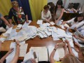 В Мукачево что-то правят в протоколах и возят их в открытых пакетах