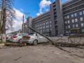 В Киеве по Новоконстантиновской дерево упало на автомобиль