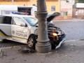 В Черновцах автомобиль патрульных врезался в столб