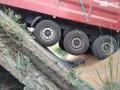 Под грузовиком обвалился мост в Днепропетровской области