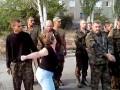 Жительница Снежного побила пленного украинского солдата (видео)