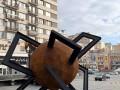 Вместо синей руки: В Киеве на Бессарабке появилась новая скульптура