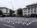В Киеве у посольства РФ установили кресты с погибшими под Иловайском