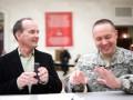 Пентагон предоставит льготы супругам военных-геев