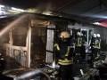 В Киеве на Троещине десятки спасателей тушили пожар на рынке