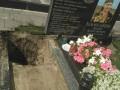 В Буче вандалы разгромили могилу бойца АТО