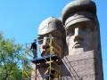 В Киеве начали демонтировать памятник чекистам