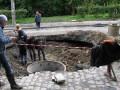 Злополучная яма на Подольском спуске продолжает увеличиваться (ФОТО)