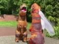 Во Львове пара пришла жениться в ЗАГС в костюмах тиранозавров
