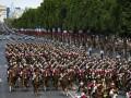 Париж переполнен красками: Франция празднует День взятия Бастилии
