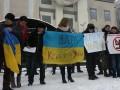 Переселенцы из Крыма пикетируют посольство РФ в Киеве