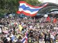В Таиланде тысячи демонстрантов вышли на