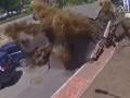 Опубликовано видео момента прорыва трубы в Киеве