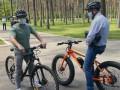 Зеленский приехал на встречу с журналистами на велосипеде