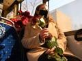 В троллейбусе Одессы женщинам дарили цветы