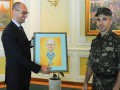 Украинский военный подарил Яценюку шарж на него