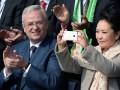 Первая леди Китая во время визита в Европу прорекламировала отечественный телефон