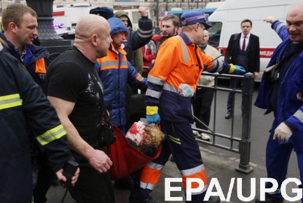 Горожане несут цветы кпредставительству петербургского руководства в столице России