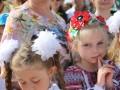 В Симферополе ученики гимназии пришли на последний звонок в вышиванках