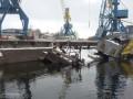 На Днепре тонет баржа, в реку вылилось 300 тонн мазута