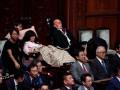 В парламенте Японии впервые появились парализованные депутаты
