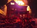 Пожарные США сделали новогоднее фото на фоне горящего дома