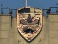 Вандалы надругались над гербом Киева на Московском мосту