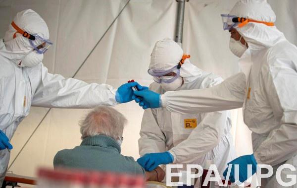 Медики в Италии делают тест на коронавирус пожилому мужчине