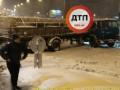 В Киеве грузовик с кирпичами перекрыл всю дорогу