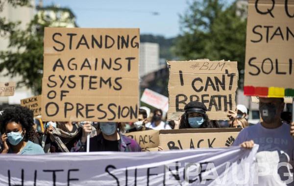 В США полиция присоединяется к протестам
