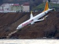 В Турции пассажирский самолет пролетел мимо взлетной полосы и застрял в грязи на обрыве